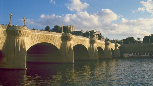Le Pont-neuf emballé par christo en 1975